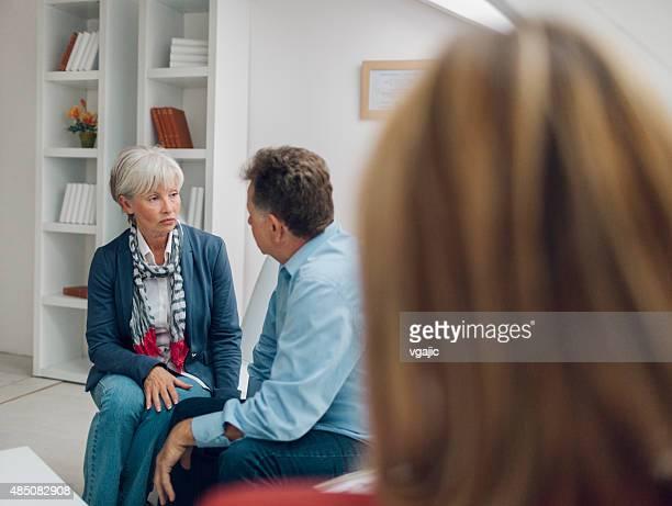 Couple d'âge mûr parler à conseiller