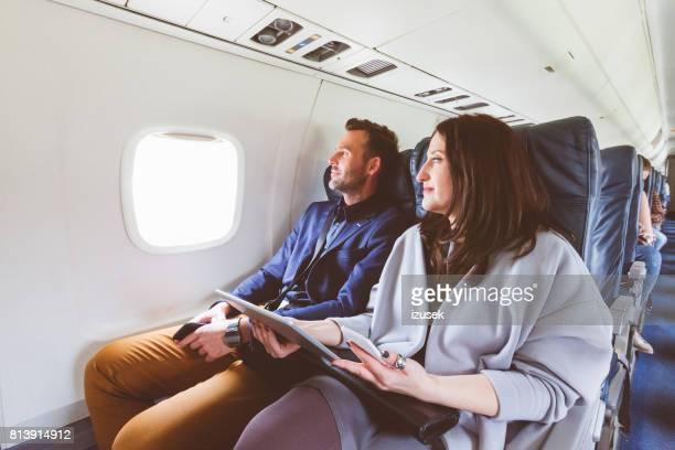 Ouder paar reizen per vliegtuig