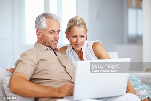 couple d'âge mûr à l'aide d'ordinateur portable à la maison