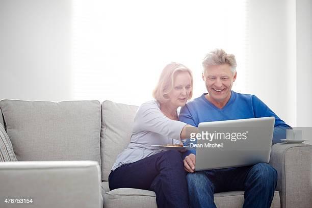 Älteres Paar mit laptop zu Hause