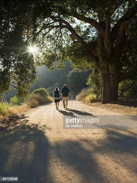 Älteres Paar walking mit Schotterstrecke