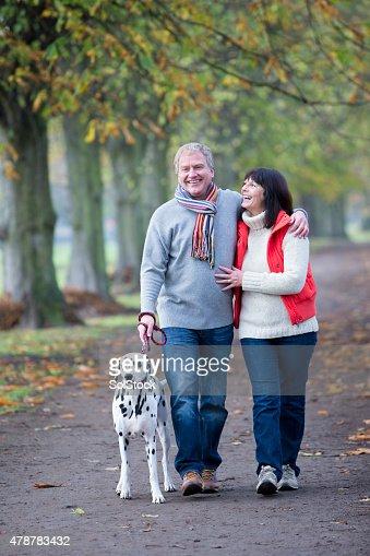 Matura coppia cammina con il cane