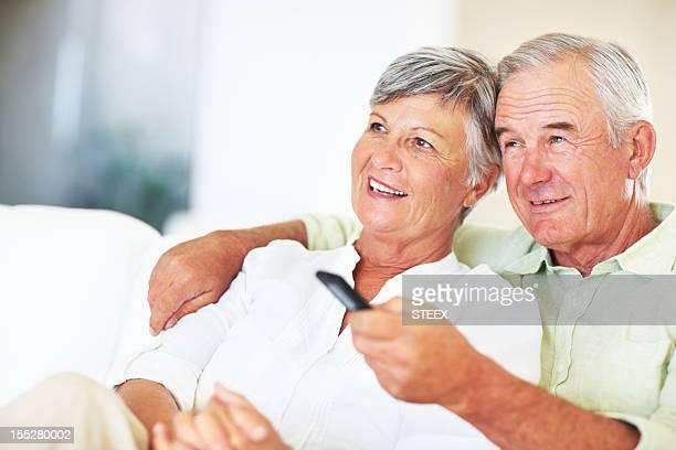 Älteres Paar beobachten Fernseher