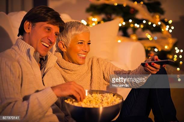 Casal de ver televisão de Natal
