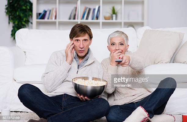 couple d'âge mûr en regardant la télévision