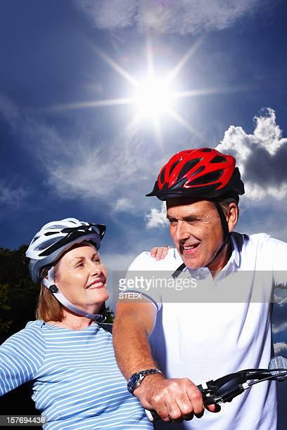 Älteres Paar mit Fahrrad Helm und schützt an einem sonnigen Tag