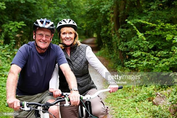 熟年カップルに自転車の田園地帯