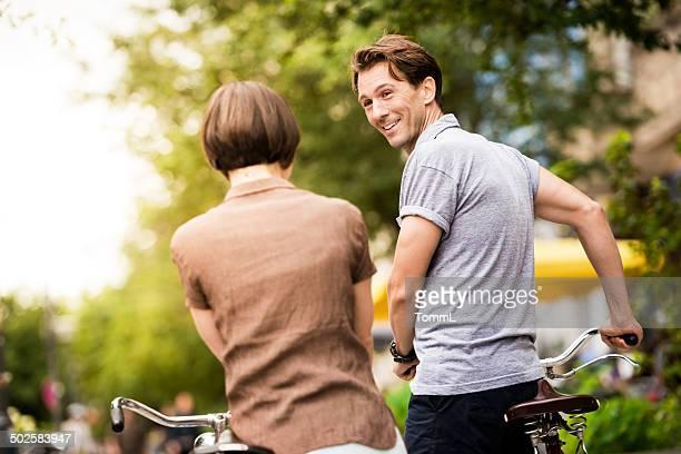 Älteres Paar, mit dem Fahrrad zu Fuß In Berlin, Deutschland