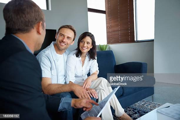 Älteres Paar mit einem Berater