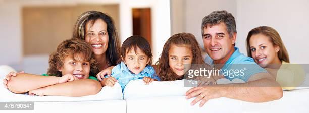 Casal maduro com suas crianças a sorrir