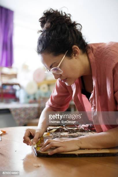 Oudere Craftswoman meten stoel voor Reupholstering
