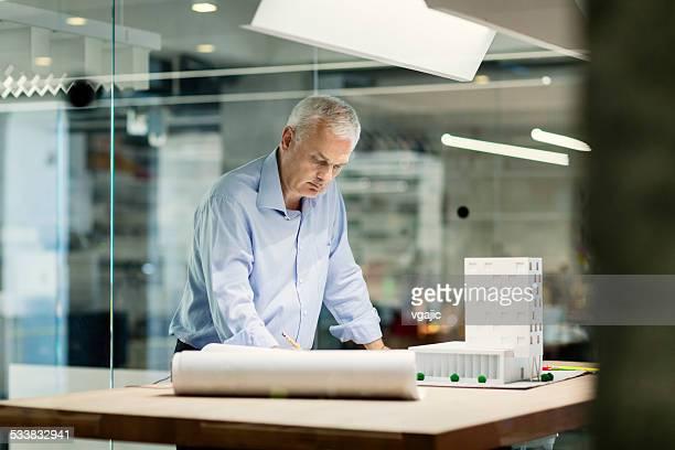Ältere Designer arbeiten in seinem Büro.