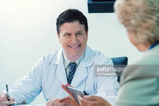 Dottore maturo in riunione di sala riunioni Ospedale amministratore