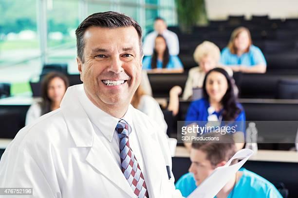 Reife Arzt sprechen im Krankenhaus Medizinische Konferenz oder ein seminar