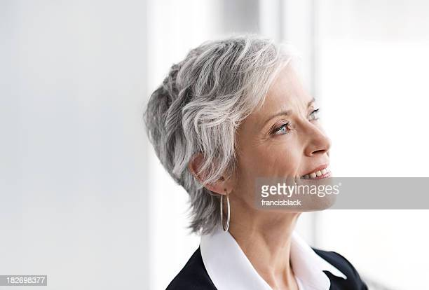 Ältere executive business-Frau mit Blick in die Zukunft