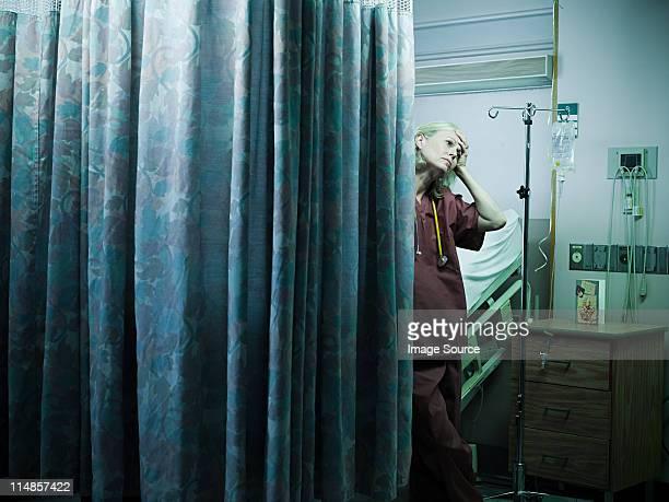 マチュア看護婦に手を顔にやる