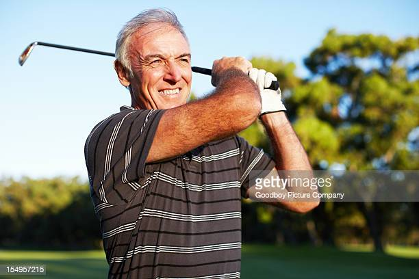 Mature golfeur se balancer