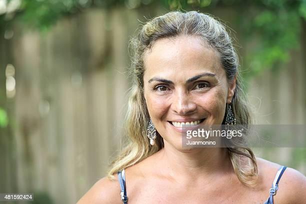 Ältere hispanic Frau lächelnd