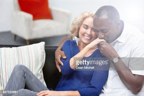 Madura mulher de dono de Beijar a Mão : Foto de stock