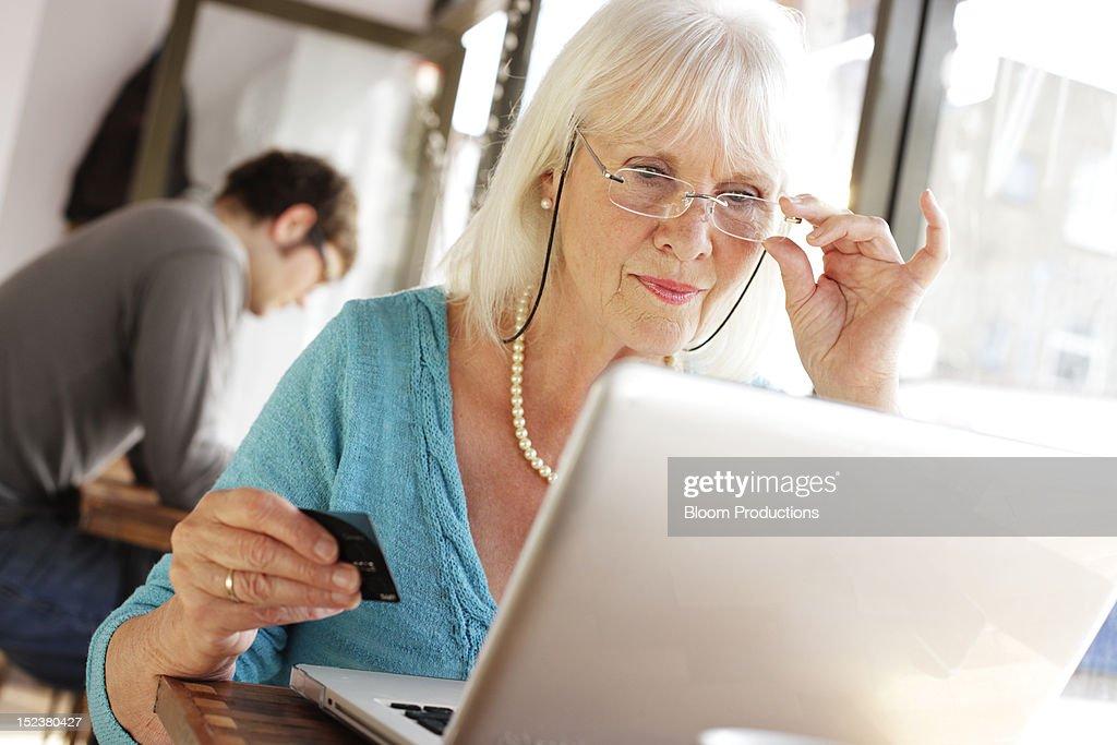 mature lady internet shopping : ストックフォト