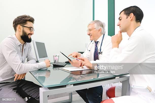 Reifen männlichen Arzt verwenden digitale Tablet für die Diagnose.