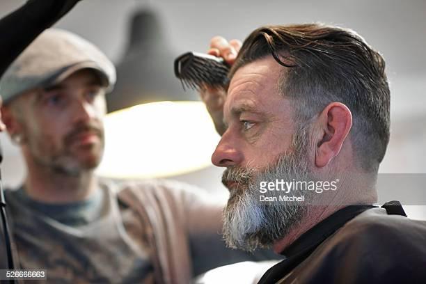 Reifer Mann im barbre shop