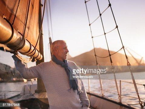 Uomo maturo soddisfatto Ain vela e godersi la vista