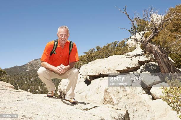 Mature Man lauert auf rock in Bergen
