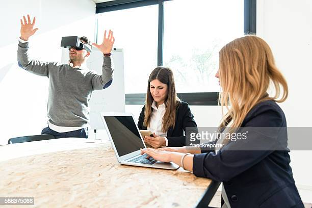Älterer Mann seiner selbst entartains Gerät mit virtuelle Realität Simulator