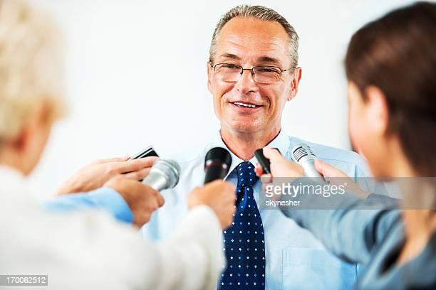 Reifer Mann executive, hinterfragt zu werden, von Journalisten.