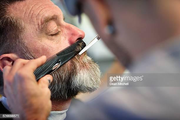 Reifer Mann zu seiner mit Schnurrbartmotiv