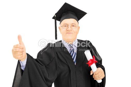 e5a0f8361 Maduro hombre en traje de graduación sosteniendo un diploma   Foto de stock