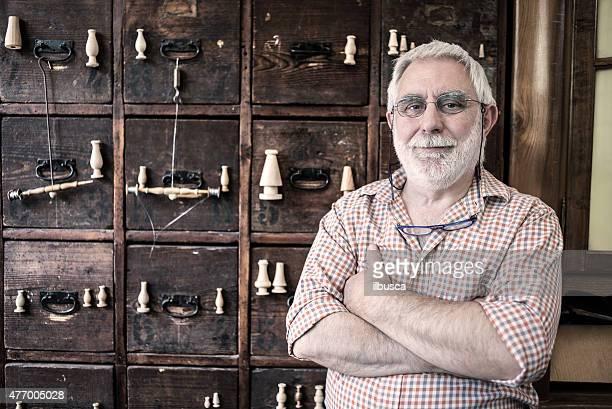 Homme d'âge mûr dans son artisanat artisanaux traditionnels Usine textile