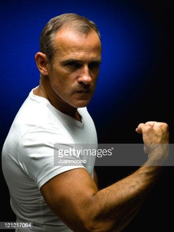Hombre maduro en una camiseta