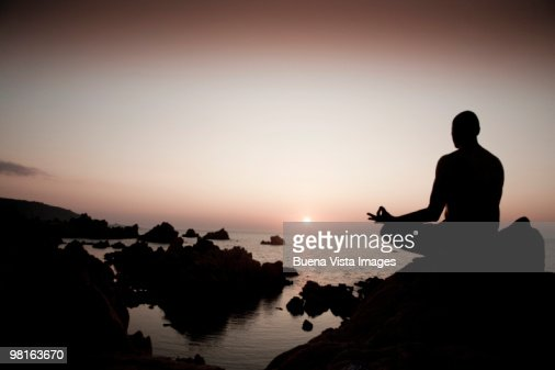 Mature man in Yoga position at sunset : Foto de stock