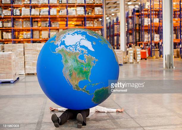 Homem maduro com a bola grande, situada na parte de cima em armazém