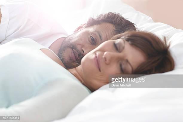 Reifer Mann mit Frau Schlafen liegen