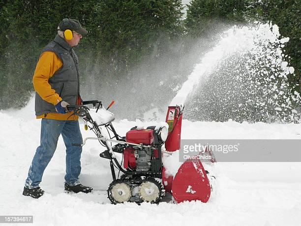 Reifer Mann Betrieb einer Schneefräse.