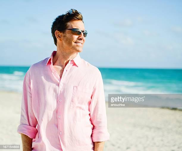 Homme d'âge mûr se détendre sur la plage