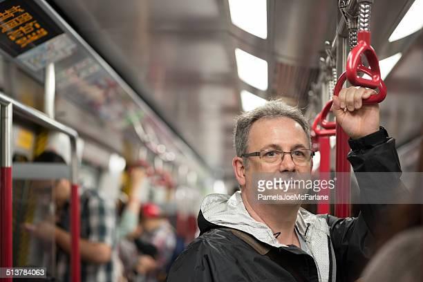 Reifer Mann auf Zug in Hong Kong