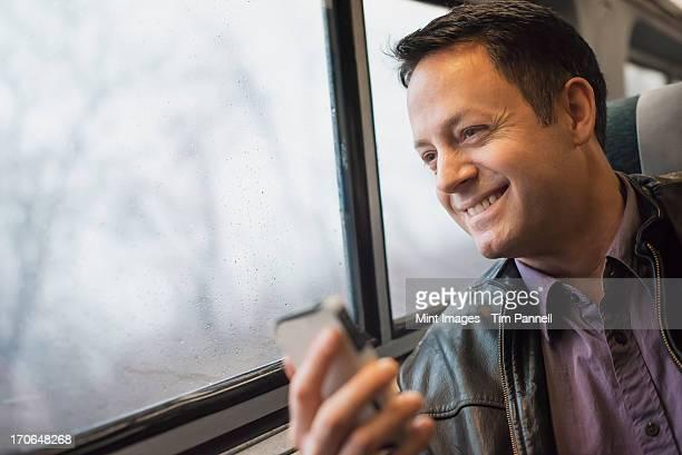 成熟した男性のシッティングエリアには、窓際の席に、鉄道