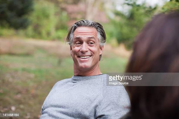 Uomo maturo sorridente