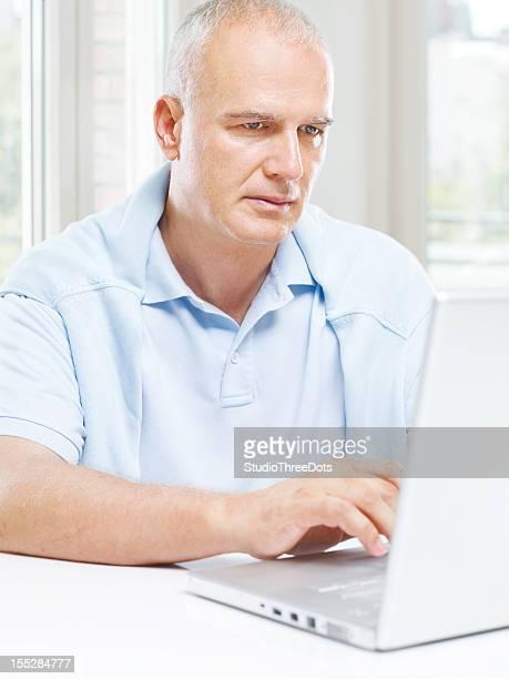 Reifer Mann mit einem laptop
