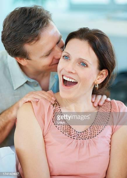 Homme d'âge mûr surpris femme Chuchoter dans les oreilles