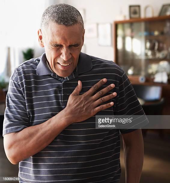 Homme d'âge mûr douleurs à la poitrine