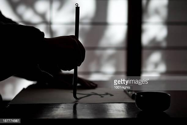 Homme Mature écrivant un type calligraphic