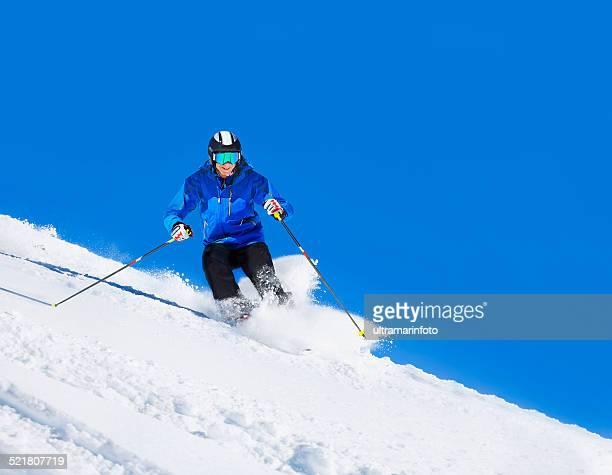Des hommes d'âge mûr sur les pistes de ski de poudreuse ensoleillée stations de ski