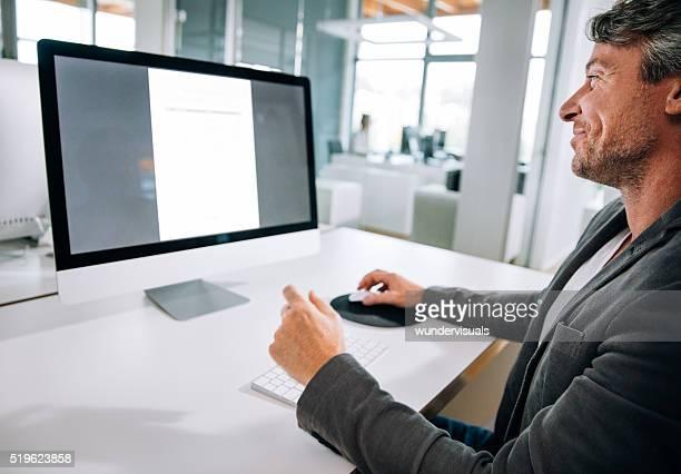 Professionnel Mature Homme d'affaires, taper sur un clavier de bureau