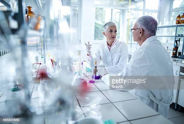Ältere Wissenschaftler zu, die im Labor.