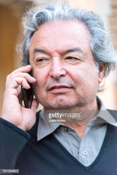 Reifer senior Mann am Telefon sprechen